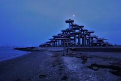 朧月に岬の塔