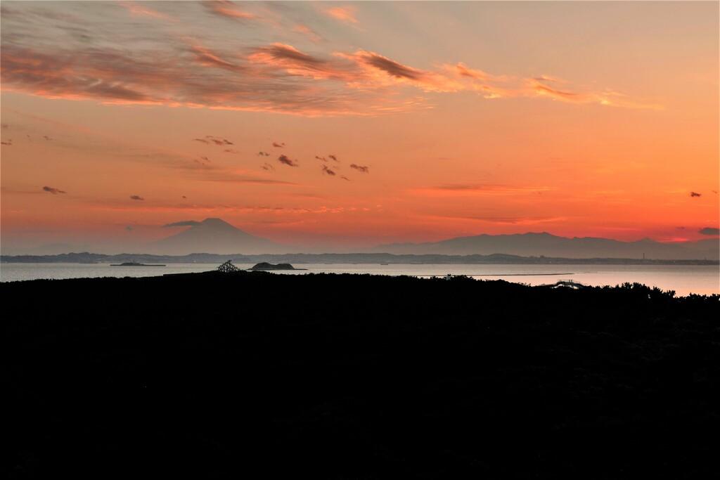 岬の夕景・富士と流れ雲