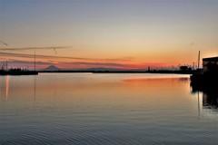 春・港の夕景・船と富士と番屋と