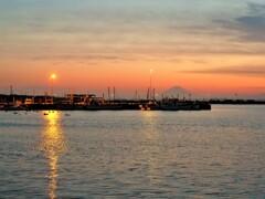 残照と港の灯り