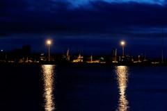 灯りと群青の港