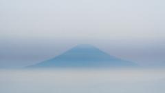 靄に富士山