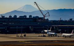 空港から望む富士山