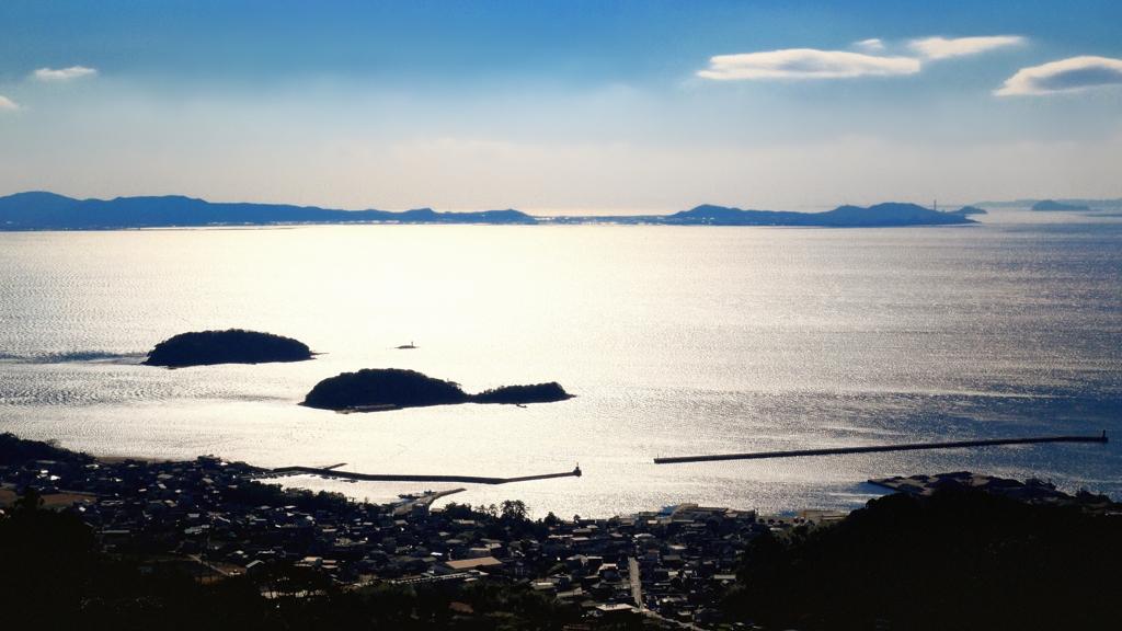 キラキラ海が漁村を照らす