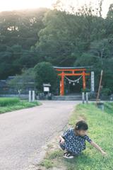 神社前にて