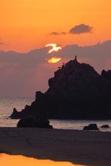岩礁に昇る朝日