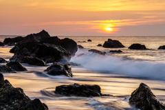岩礁の日の出