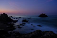 夜明けの岩礁から