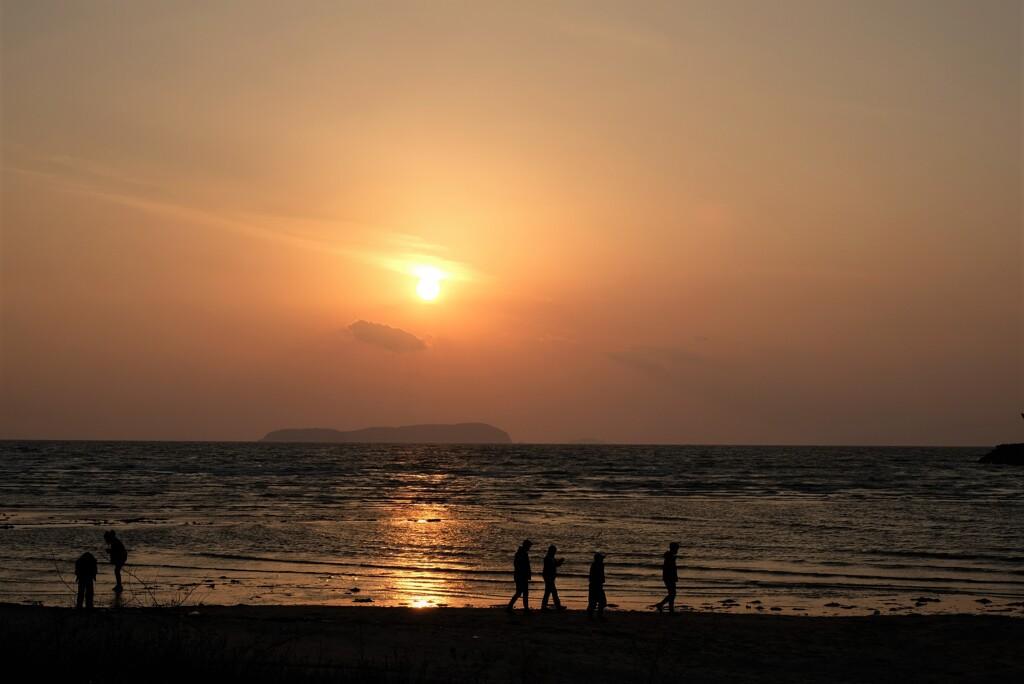 いつまでも夕日を眺めていた・・・
