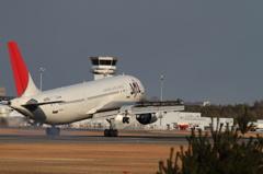 広島空港Rwy10 エンド草地-JAL機着陸