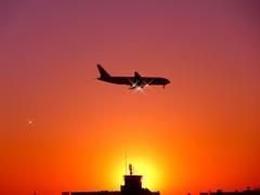 夕陽に輝く飛行機