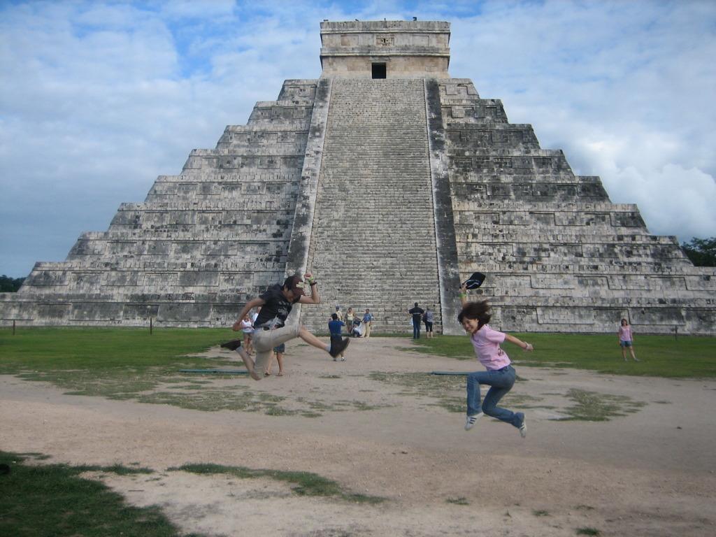 ピラミッドの前で妻と