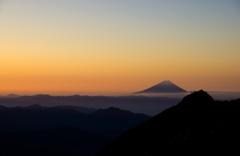 早朝の富士を眺める