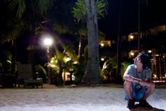 夜のビーチサイド