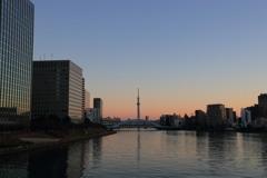 夜明けの隅田川