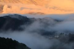 朝霧に浮かぶ郡上八幡城
