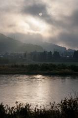 朝陽は雲の中