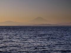 海原の果てに翳む富士