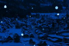 雪積もる古い街並み