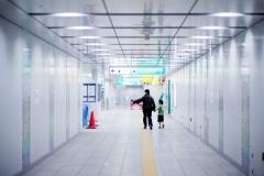 新しい駅を歩く・父と子と
