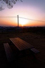 夕焼けに染まるベンチ