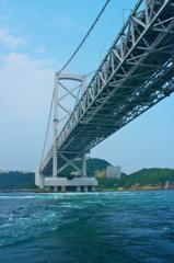 大鳴門橋を見上げて