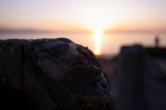 日が傾く瀬戸内の海岸にて