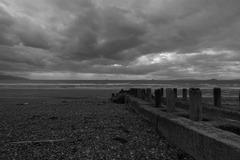 広がる曇り空の海