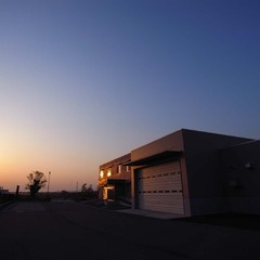 夕日に照らされる建物(カラー)