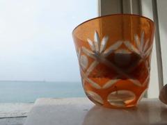 コップと海