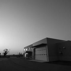 夕日に照らされる建物(モノクロ)