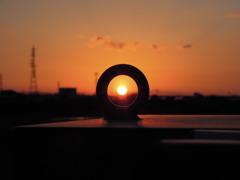 向こうに見える夕日
