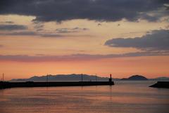 灯台が見える港