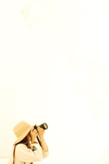 白い世界でカメラと帽子
