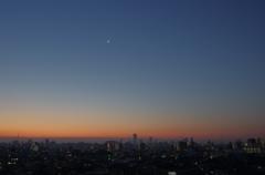 三日月と明けの明星が輝く夜明け