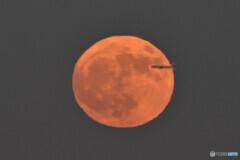 当機は月に突入します