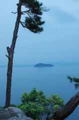 夕暮れの竹生島
