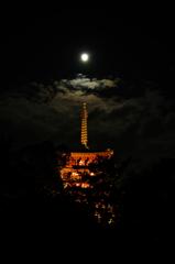 月明かりの三重塔