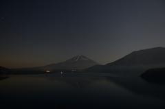 月夜の本栖湖