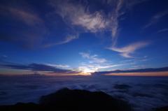 笠ヶ岳山頂から白山方面の夕暮れ
