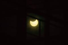 窓越しの部分日食