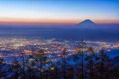 夜景と夜明けの混じる景色