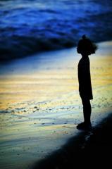 海を見つめる一人の少女