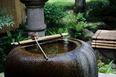 街の情景 - 中庭の手水鉢 -