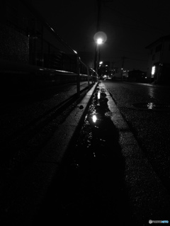 雨の側道にて