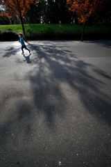 影の中を走る
