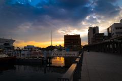 港の朝、東方の色
