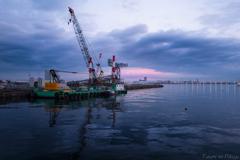 港に浮かぶ雲が朝焼けに染まるころ