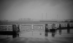 雨 けむる港