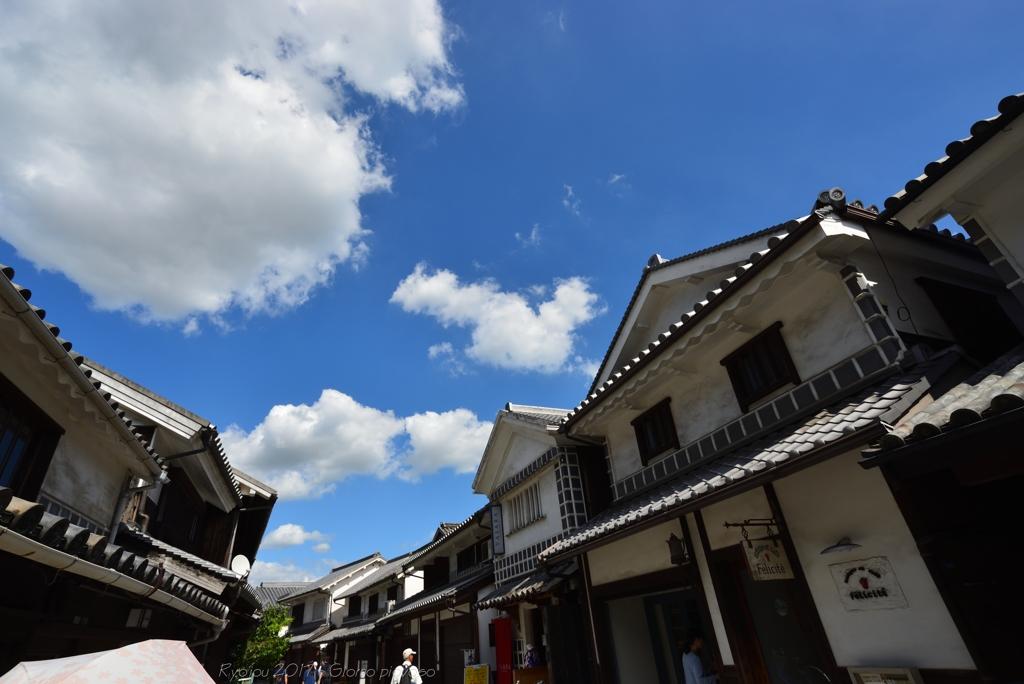 白壁に青い空
